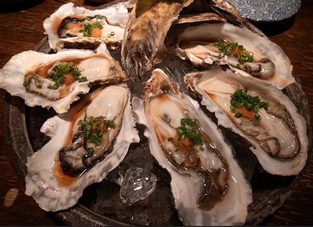 Huîtres cuisinées à la japonaise, sans gluten, sauce soja, citron, ail, persil, piment
