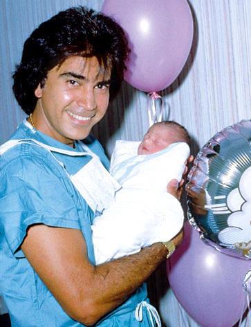 """José Luis Rodríguez """"El Puma"""" feliz con su bebé en los brazos"""