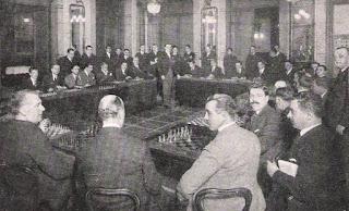 Dr. Alekhine dando simultáneas de ajedrez en 1923