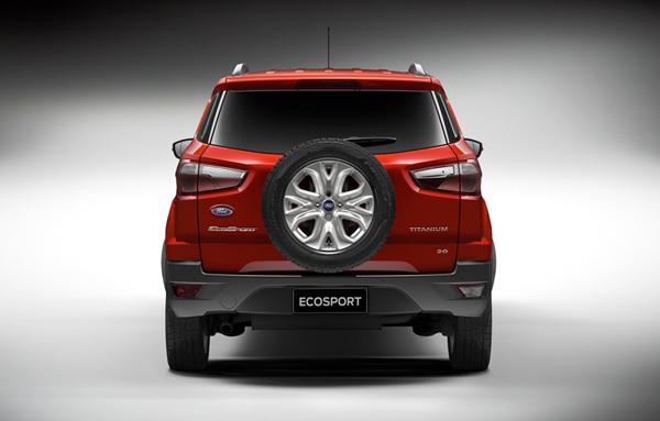 Ford Ecosport - Traseira de design moderno, com sensor de estacionamento e maçaneta do porta-malas integrado à lanterna.