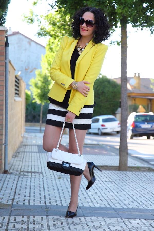 Un look de tendencia en blanco, negro y amarillo