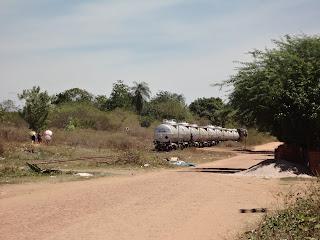 Trem de carga no ramal para Missão Velha, passando pelo sítio Sabiá