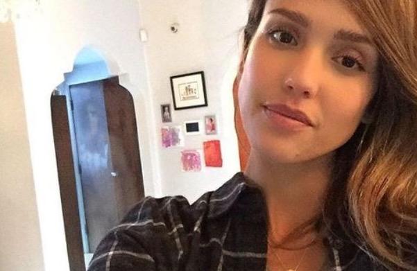 Kelibat Misteri Terakam Dalam Gambar Selfie Jessica Alba
