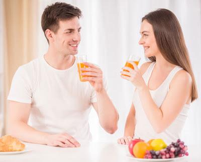 أسباب قد تؤدي إلى عودة زيادة الوزن بعد خسارته !! رجل امرأة يشربان عصير برتقال man woman drinking juice