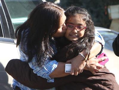 madre abraza a su  hija