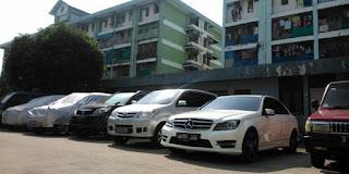 Parkiran rusun Kapuk Muara dipenuhi mobil pribadi milik penghuninya, Sabtu (13/6/2015)