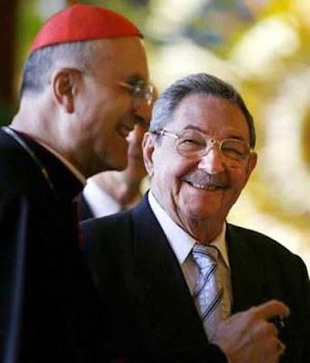 Cardeal Bertone, secretário de Estado vaticano com Raúl Castro