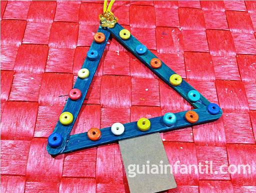 http://www.guiainfantil.com/articulos/navidad/decoracion/arbol-de-navidad-manualidad-con-palos-de-helado/