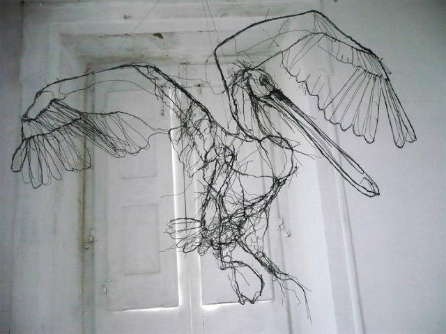 blog d'art contemporain , Vanessa Lekpa . Sélection de sculpture en fil de fer par l'artiste portugais David oliveira , sculpture en fil de fer d'un oiseau