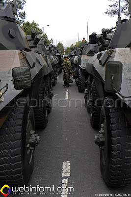 Columna de vehículos blindados EE-9 Cascavel del Ejército de Colombia