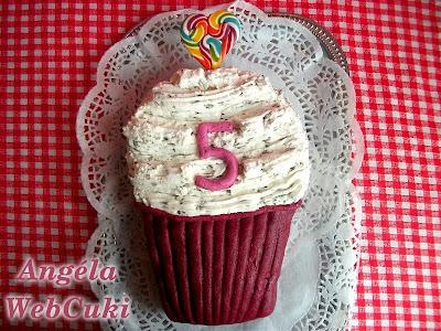 Az Angéla Web Cuki 5. szülinapjára sütött, muffin formájú, csokoládé és sztracsatella krémes torta.