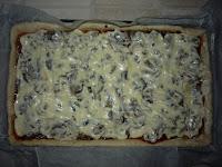 Пицца домашняя: Залить фарш майонезом
