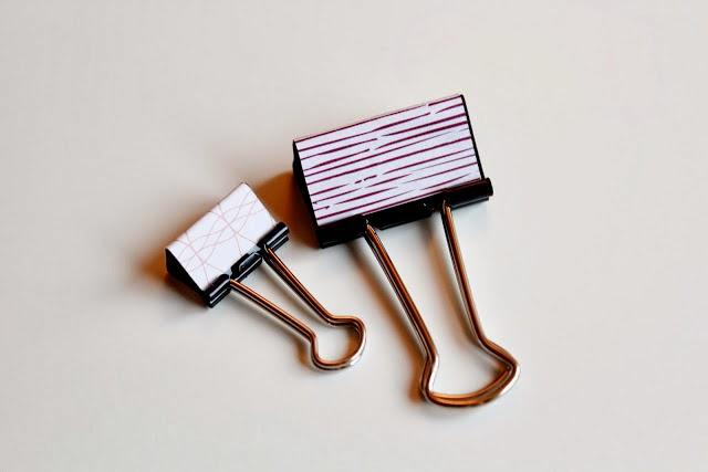 Forrar pinzas de escritorio con papel de regalo en Recicla Inventa