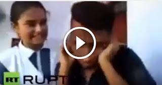 بالفيديو متحرش هندي ظل يتحرش بطالبة بصورة مستمرة وبألفاظ نابية. مركز الشرطة قرر عقابه بطريقة غريبة