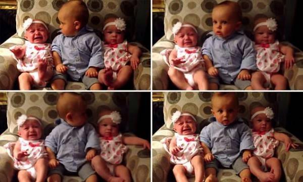 Un bebé conoce por primera vez a sus hermanas mellizas