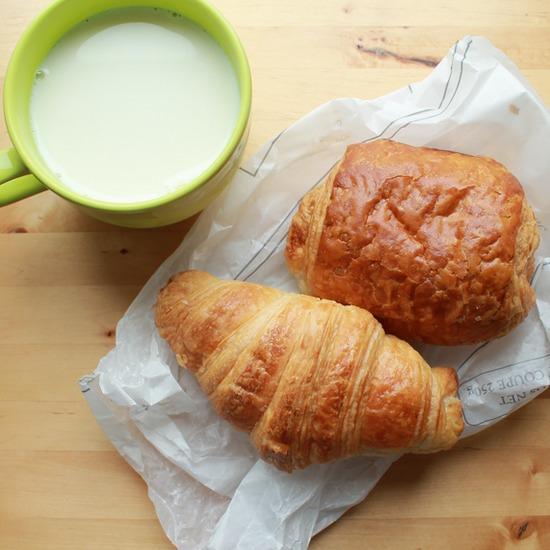 instants-bonheur-croissant-petit pain-lait-déjeuner