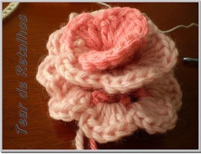 Enrolando o crochê em forma de caracol para formar a flor.