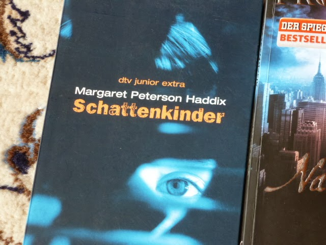 http://www.lenasbuecherwelt.blogspot.de/2014/03/rezension-margaret-peterson-haddix.html