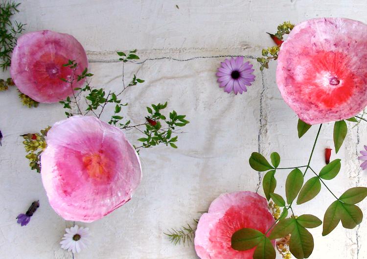 Matrimonio country: centrotavola di fiori di carta, rosso arancio dipinti a mano