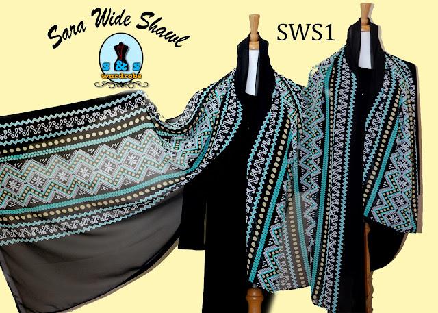menawarkan high quality chiffon untuk wide shawlnya yang sangat menarik coraknya. Selain tuh, ada jugak shawl yang berukuran biasa.
