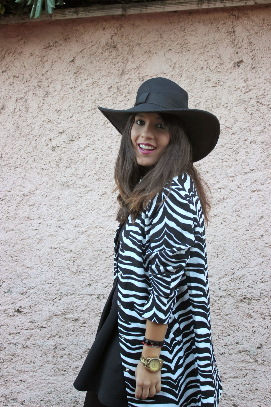 fashion blogger con abrigo zebra y botas apache customizadas