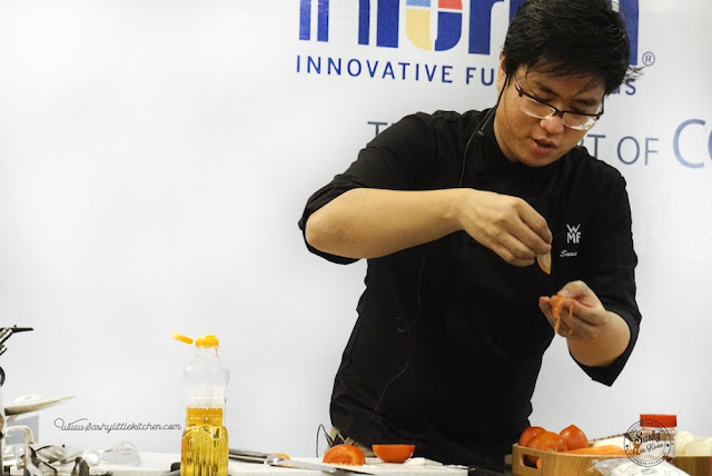 Chef John Sawarto menunjukkan hasil potongan pisau WMF yang sangat tajam sehingga bisa memotong tomat sangat tipis