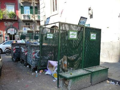 Immondizia Napoli piazza Plebiscito