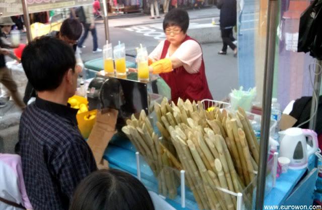 Vendiendo limonada y zumo de caña de azúcar en las calles de Seúl