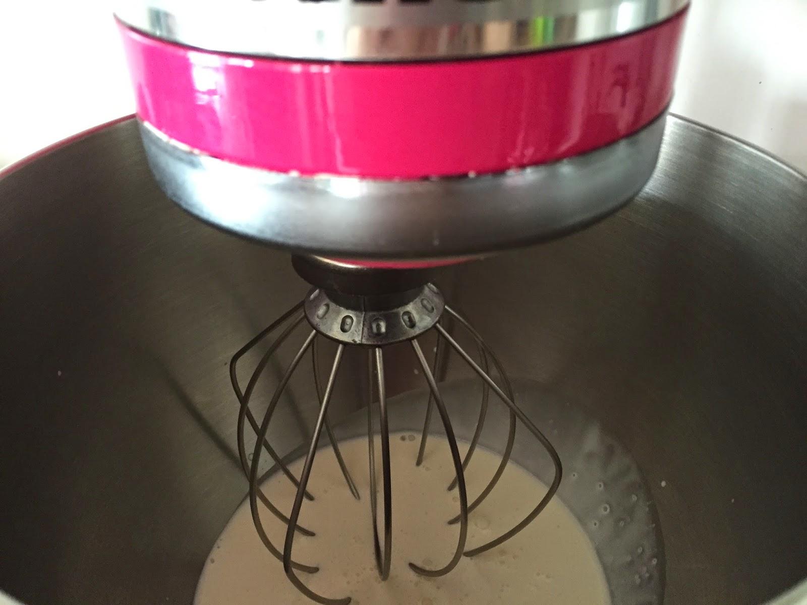 Cupcakes de crema de orujo y Capuccino, batiendo la nata.