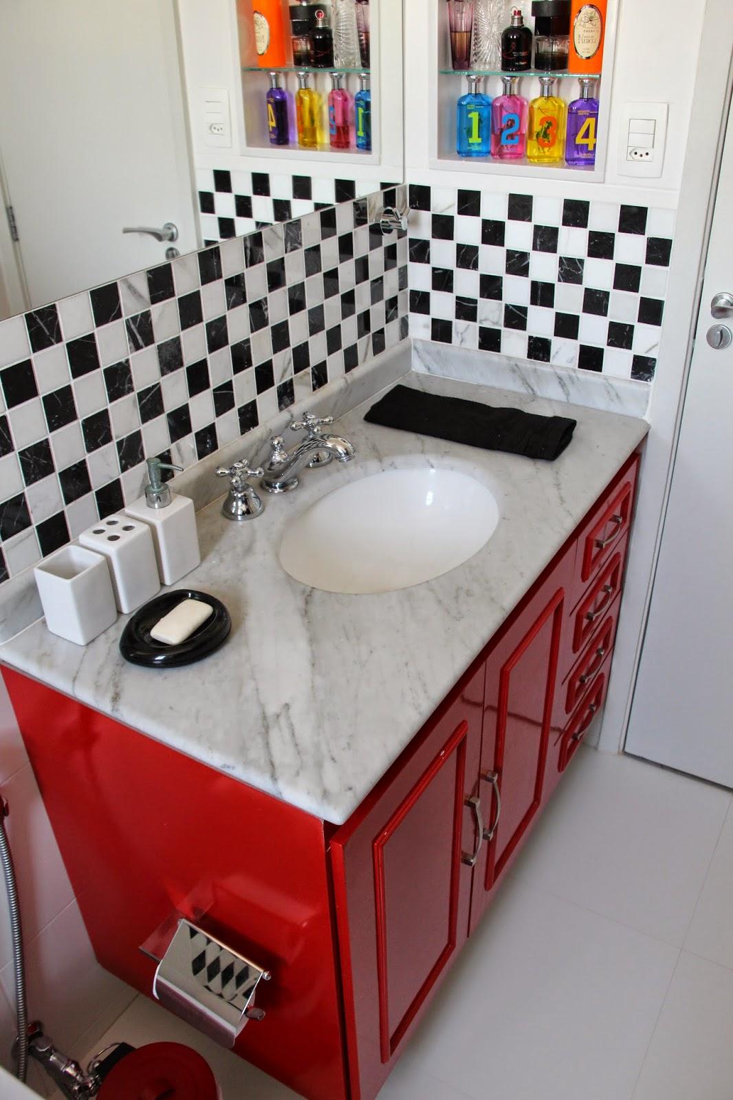 havia embaixo da pia recebeu laca vermelha e pastilhas preto e branco  #B72214 1066x1600 Armario De Banheiro Branco E Preto