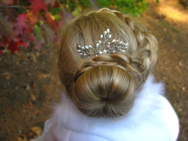 Ślubne akcesoria do włosów - jak ozdobić niski kok
