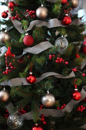 Árbol de Navidad decorado en rojo y gris