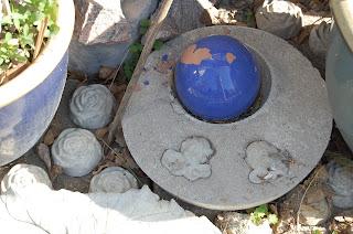 änglar i betong med blå kula