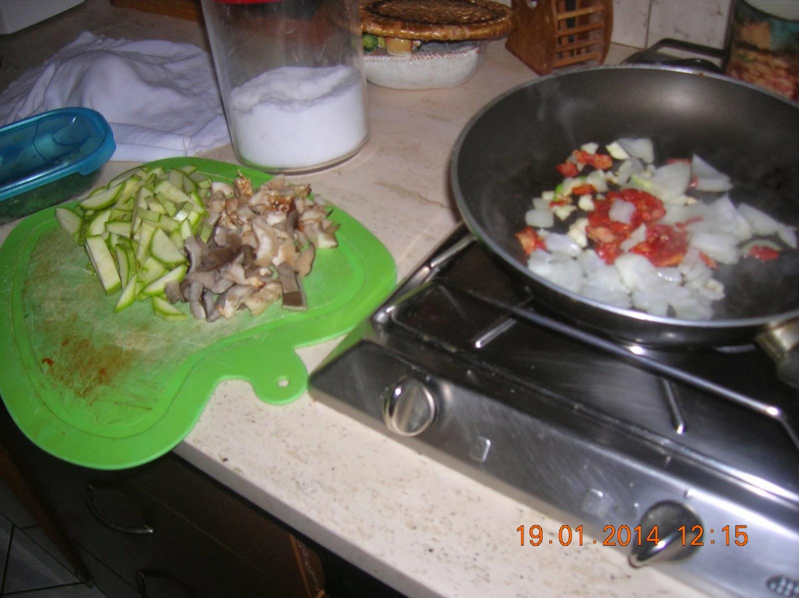 pasta fresca fatta in casa :gnocchi di semola ai funghi con zucchine
