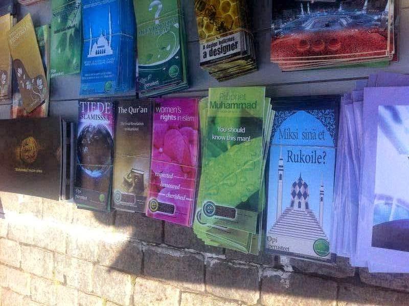 """توزيع كتيبات عن الإسلام من طرف """" جمعية تبليغ الإسلام """" في ميادين دولة فنلندا"""