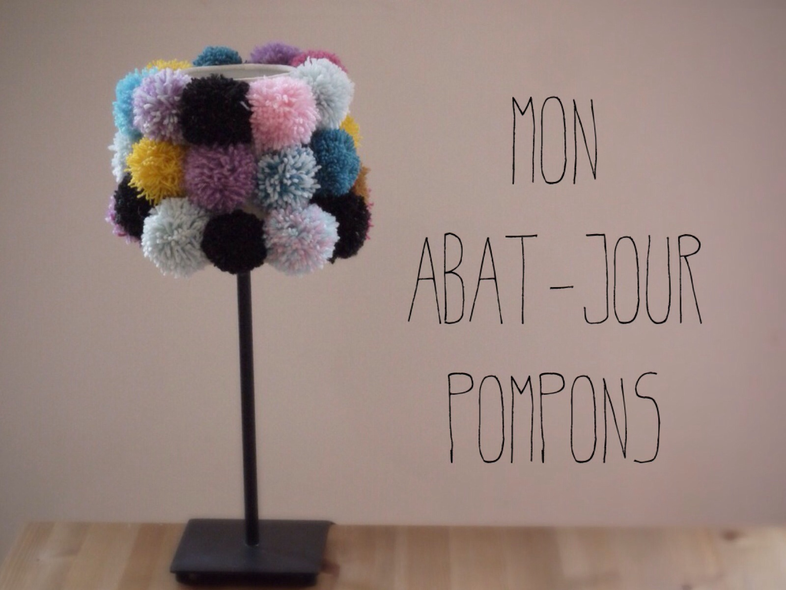 mon abat jour en pompons diy. Black Bedroom Furniture Sets. Home Design Ideas