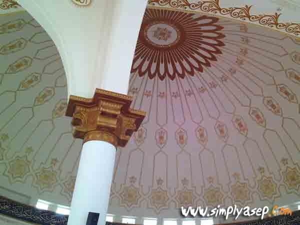 KUBAH : Dome atau bagian kubah masjid yang megah. Banyak jamaah yang memfoto bagian tengah masjid nan megah ini. Foto Asep Haryono