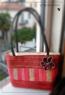 Borsa con fiore realizzato con cialde del caffè