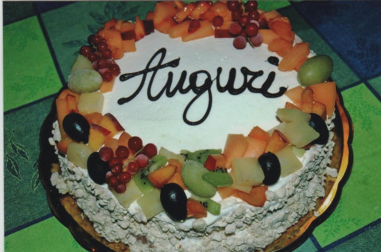 Vi lascio quindi la ricetta della mia torta meringata estiva che ho decorato  con tanta frutta e riempita di gelato fatto rigorosamente home made.
