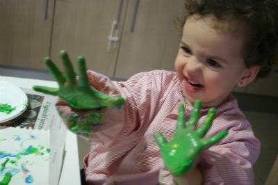 manualitat infantil pintem amb les mans i barregem colors