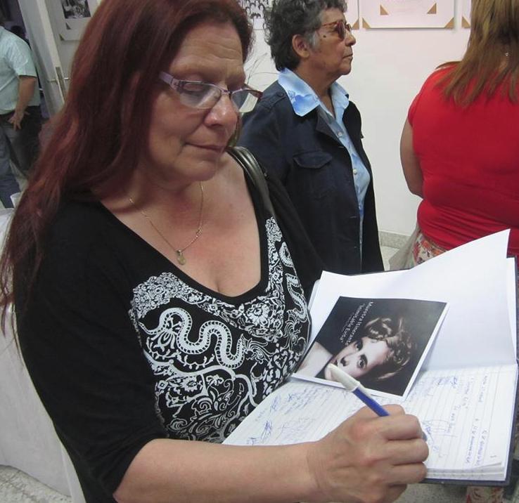 Firmando Libro de Muestra Itinerante Inimitacle Evita