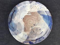 藁灰釉 点々とコバルト雲の大皿