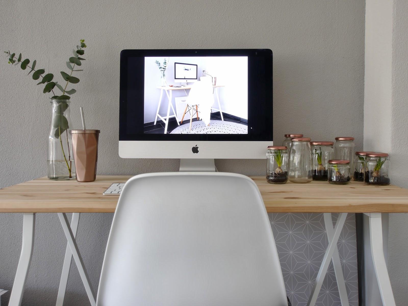 Het board onder het bureau met het Brakig behang van Ikea en de potjes ...