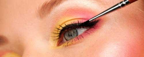 aplicar el eyeliner al maquillar los ojos