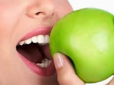 Makan Apel Bisa Menghilangkan Karang Gigi