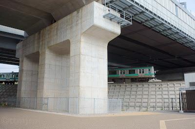成田湯川駅をアンダーパスする成田線E231系