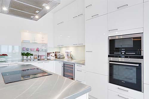soffitto ispirazioni Travi : La cucina ? moderna ed ? dotata di pensili bianchi a tutta altezza ...