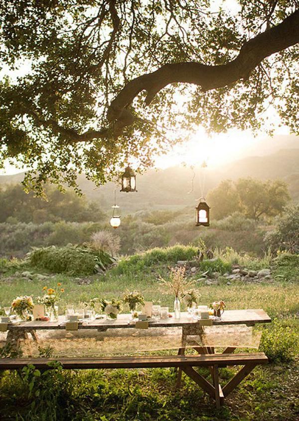 mesa de comedor  romántica bajo arbol al atardecer