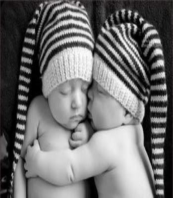 Photo des bébés jumeaux en noir et blanc