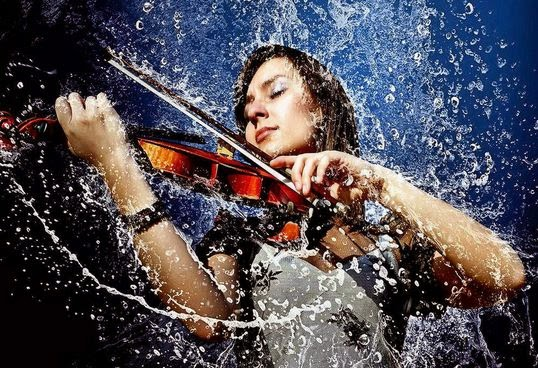 Gambar Cewek Csntik Hujan Romantis Bermain Musik